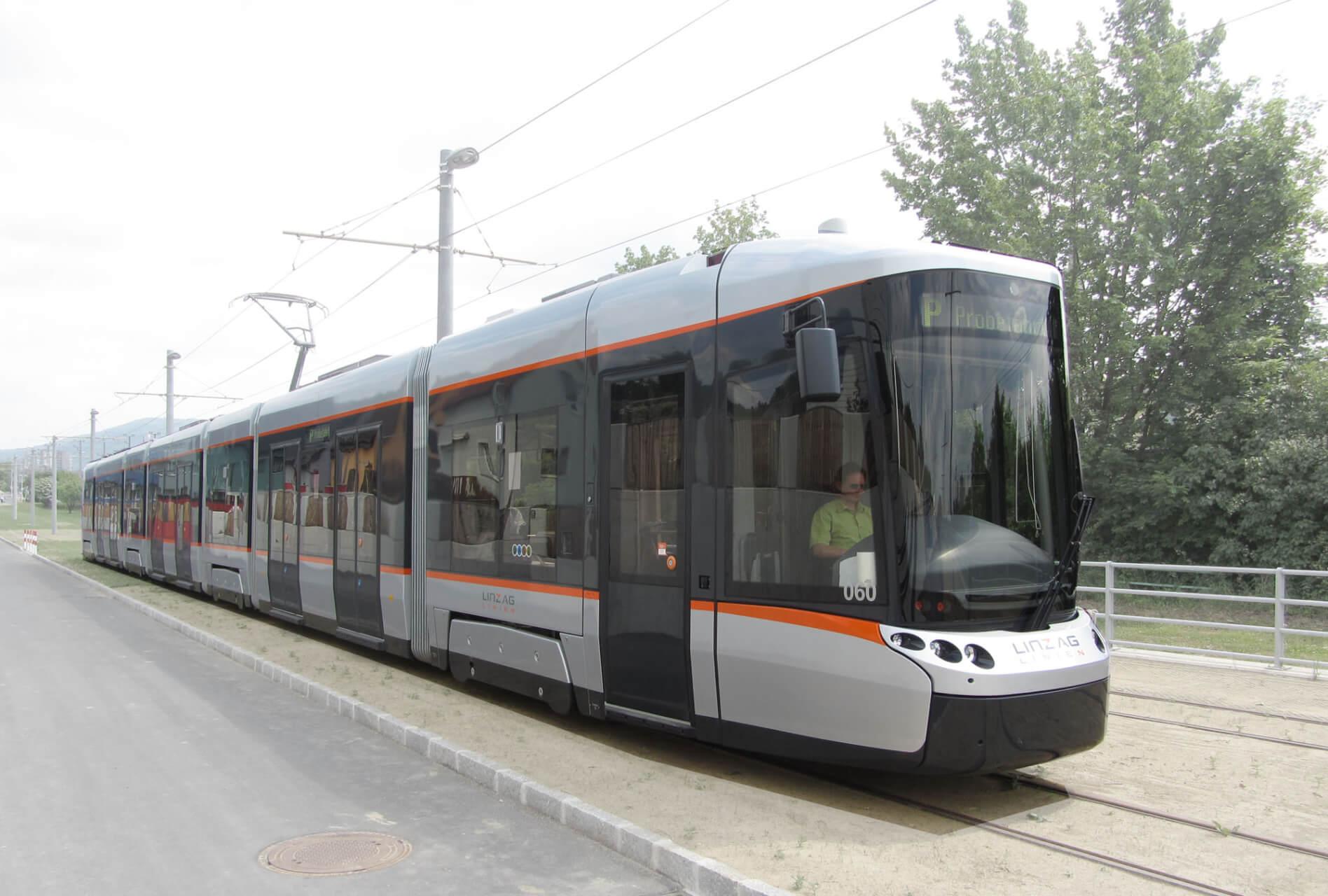Strassenbahn auf Testfahrt, Silbergrau in freiem Gelände