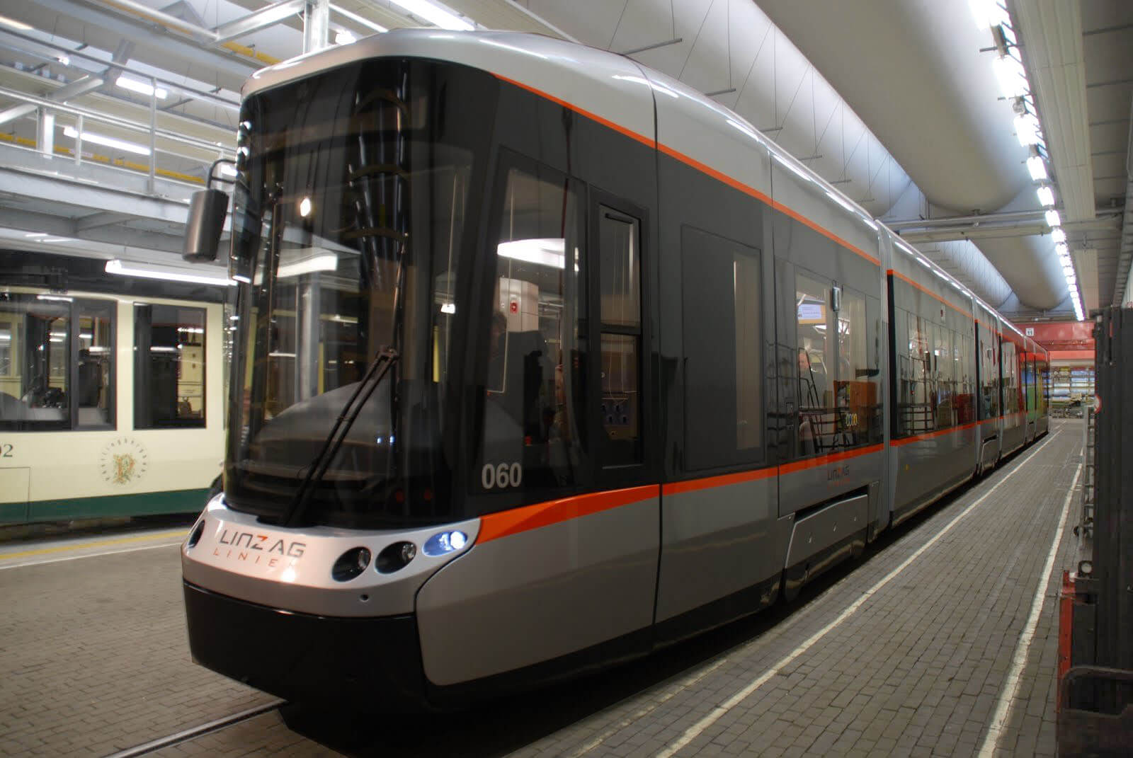 Moderne Strassenbahn in Bahnhalle